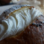 パン工房 ペシュ - 粒餡の上にフレッシュクリームたっぷり!