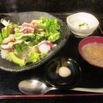 喜DoI楽 - 海鮮アボカド丼 味噌汁 小鉢 漬物他