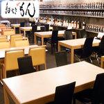 西麻布横丁 - 壁面にずらっと並んだ銘酒の数々に広々とした店内・鳥やき&鶏鍋【もん】