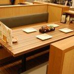 まん福 - テーブル席