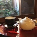 茶房 暖暖 - 中庭に面した席