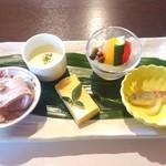 くに作 - 料理写真:Aセット(税込2000円)のおまかせ5点盛り 左から鴨のロースト、豆乳の冷製スープ、出汁巻玉子、地場野菜のピクルス、小鯵の南蛮漬。