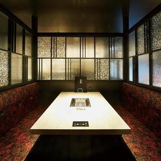 開放的なガラス張りのテーブル席、2名様~の完全個室を完備。