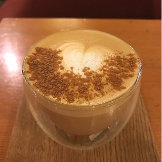 マヌコーヒー 大名店 - シナモンハニーラテ。 100%片想い♫ なぜかハイスクールララバイのゆる〜いアレンジが流れてる。