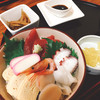 天麩羅の里 天 - 料理写真:お昼だよランチ 海鮮丼、小鉢、味噌汁、漬物
