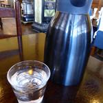 オーチャードグラス - 水 各テーブルに冷水ポットを用意してくれているのは有難いサービスだ
