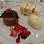 伊勢山ヒルズ - 結婚披露宴 @伊勢山ヒルズ ヴェネチア グランデ 濃厚なチョコレートムースとグラスバニーユ グレナデンで香りをつけたフリュイルージュのコンポート