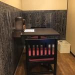 らー麺 潮騒 - 一番奥のテーブル席