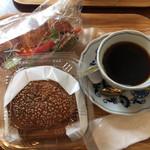ランコントレ - トンカツバーガー¥300. ベーコンとトマトのクロワッサンサンド¥250. コーヒー¥350