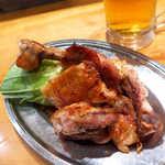 59305898 - 骨付鶏・ひな(¥880)。カットされており食べやすい。濃厚バター&塩&スパイシー!