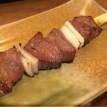 炭焼 きむら - 牛串(レバー)は浅めの焼きでごま油をかけて。