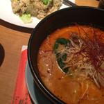 麒麟園 - カニチャーハン。セットのスープもシンプルで美味しかった