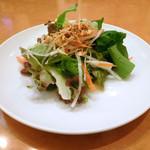 ダイニングキノシタ - さわやかな甘みが癖になるラズベリードレッシングがかかったセットのサラダ。もっと量の多い単品もあります。