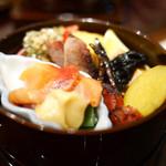 の弥七 - 出汁巻き玉子、チャーシュー、ピータン、どじょう煮、薩摩芋の甘露煮、赤貝の酢味噌和えなど盛り合わせ