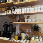 カフェ イコイ - フリードリンクコーナー。ピュアセイロンティ、珈琲の販売も