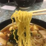 59321969 - 麺はいわゆる中華そばの黄色い細麺