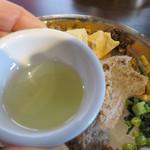 ナングロガル - ギーです。牛乳から精製する油で、バターのようなコクと風味があります。ライスやディドにかけて食べます。