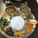 ナングロガル - ダルバート(お店ではダルバトセット。いわゆるネパール定食)900円。ライスはおかわり自由。