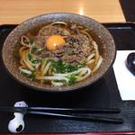 本場讃岐うどん ビストロカズ - 肉うどん 生卵 800円