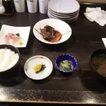 市場前食堂磯の家 - 市場定食 ※これにこのあと、鯖焼きが届きます(2016.11.24)
