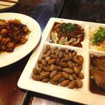 59327613 - 鶏とカシューナッツの四川風炒めと冷菜の盛り合わせです