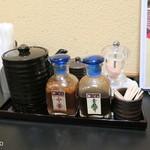 とんかつ 酒菜 くら - 卓上にはとんかつソース、醤油、二種のドレッシング、ローズソルト