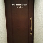 ル ミトロン カフェ - 階段上がると扉