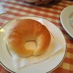 洋食 キムラ - 三日月型のパン
