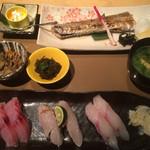 59348782 - 本日の焼き魚と地魚握りセット2280円 税別 2016.11撮影
