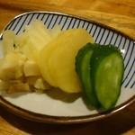 焼鳥 釜飯 次郎 - 雑炊に付くお漬物3種が嬉しい