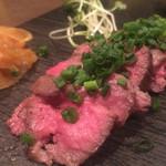 肉バル KACCHAN - 火の通りが完璧!オススメ和牛のタタキ