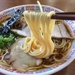 大橋中華そば - 麺は中細ストレート麺、播州ラーメンらしく、柔らかい麺です