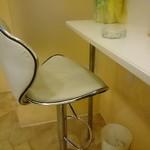 ハディケバブ - カウンターと椅子のようす