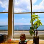 59381421 - 窓からは海が