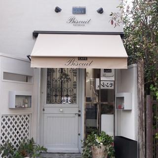 吹き抜けと中庭が心地良い♪ゆっくりくつろげるカフェ◎