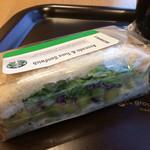 スターバックスコーヒー - アボカド&ツナサンドイッチ。 税抜480円。 美味し。