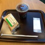 スターバックスコーヒー - カフェアメリカーノのTallとアボカド&ツナサンドイッチ。 合計で税込885円。 美味し。