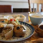 枯れないお花飾り&体に優しいマフィンcafe 風見鶏 - 料理写真:マフィンランチ全景、マフィンはブルーベリー、ドリンクはホットコーヒーです1100円