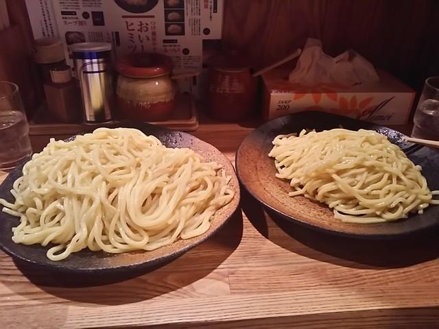 つけ麺屋 やすべえ 赤坂店 - めん比較 左特盛、右中盛