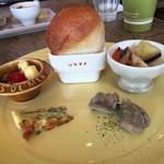 マカロニカフェ&ベーカリー - グラタンの前菜☆。.:*・゜ 陶器が可愛いので、女性には嬉しいプレート