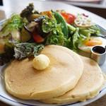 イリヤプラスカフェ - カントリースタイルサラダとパンケーキのセット(1050円)(2013/3)