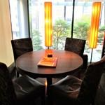 中国料理 吉珍樓 - わたし達がランチを頂いた 窓辺の 4人用テーブル の 個室。