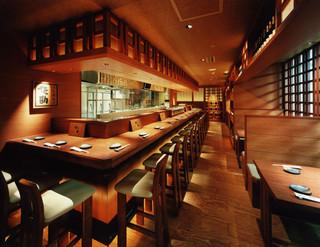 北前居酒屋 佐勘  - 店内はさながら北前船の船内のよう。カウンター席、テーブル席と気が合う仲間と接待にと、さまざまなシーンにお使い頂けます。