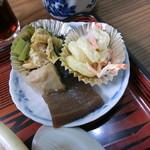 味の店 するがや - 料理写真:ラーメンに付いたおかず。ほうれん草、マカロニサラダ、こんにゃくと里芋の煮物