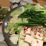 ぶあいそ博多 - 飲み食べ放題の先出し もつ鍋とサラダ