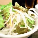 けむり屋 牛力 - 十分な量の生野菜のサラダ