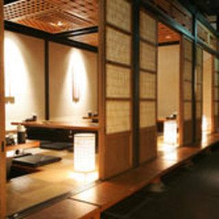 風流な個室や中庭など、京町屋をイメージした落ち着いた店内