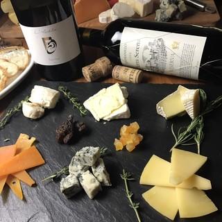 コスパの高いワインと常時20種類以上のチーズ!