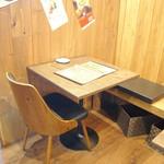 Hawaiian Dining Bar Lua's - カップルや友達同士で利用できるテーブル席。