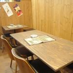 Hawaiian Dining Bar Lua's - 仲間同士で盛り上がれるテーブル席。